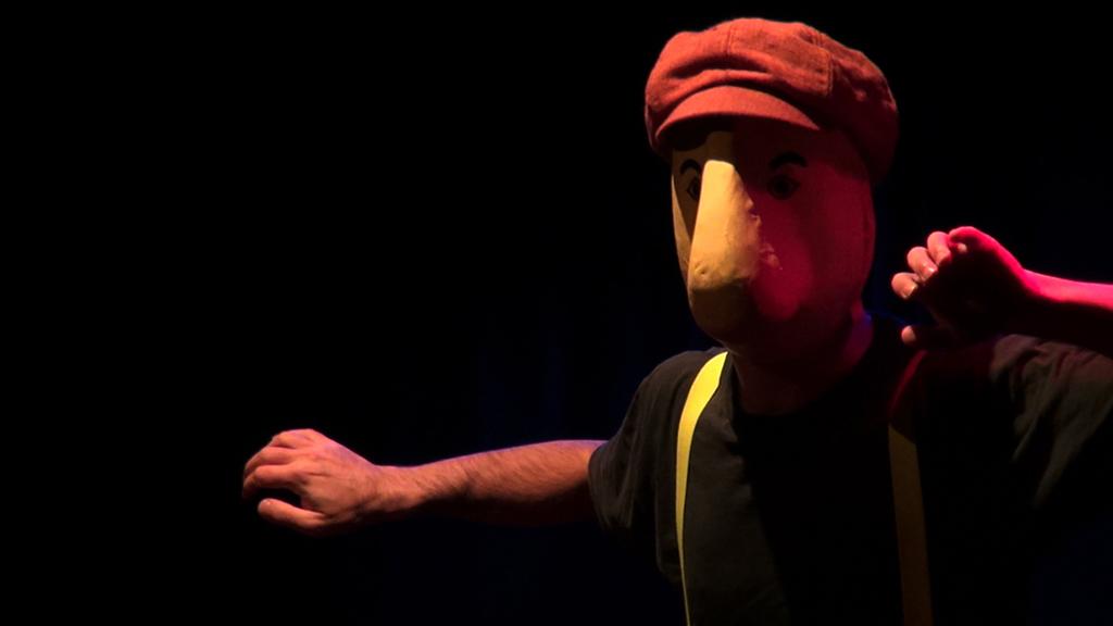 Patrick Forian dans le spectacle de masques Larven