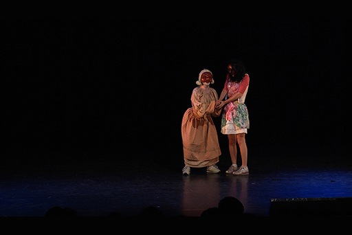 Vautours et Tourtereaux, spectacle de commedia dell arte contemporaine, dirigé par Patrick Forian - auditorium saint Germain, Paris. Scène avec Esmeraldine et Colombine.